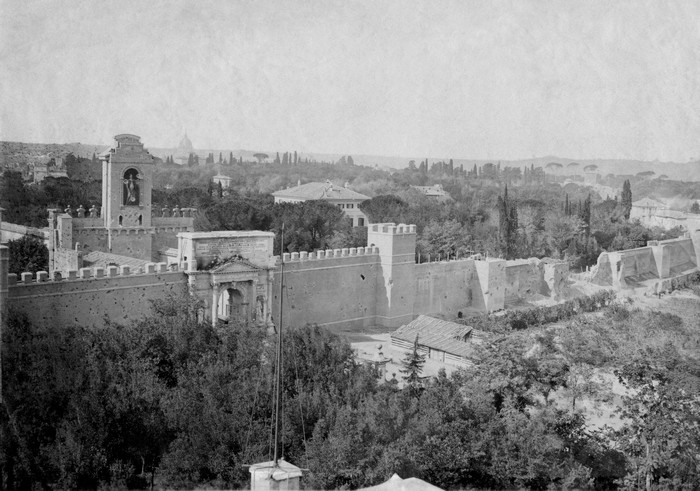 La Porta Pia en 1870, et la brèche visible sur la droite.