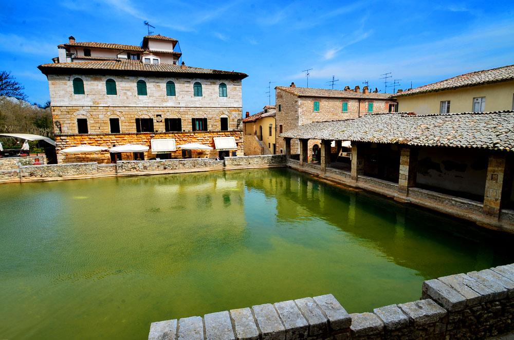 Bagno vignoni un antique village thermal en val d 39 orcia for O bagno vignoni