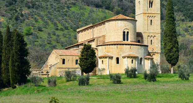 Près de Montalcino, l'abbaye romane de Sant'Antimo