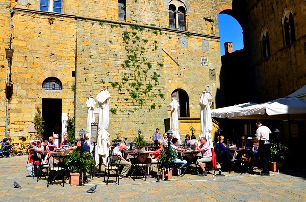 volterra_Piazza dei Priori_cafe